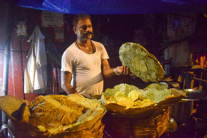 Kachuri and Alur Dum sold in Kolkata