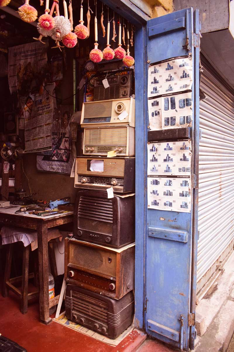 Vintage furniture antique shops in Kolkata : Old radio shop and music player in Kolkaat