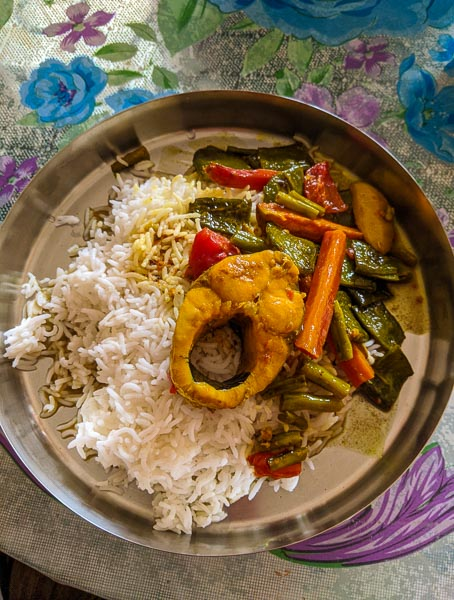 Fish curry with vegetables: what bengalis eat in winter